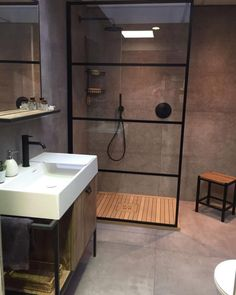 Small bathroom with open shower separated by a glass wall bathroom in industrial design industrial look in the bathroom concrete floor in the bathroom minimalist bathroom bathroom ideas design small bathroom Kleines Badezimmer Wohnklamotte