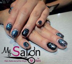 $100        Uñas acrílicas sobre uña natural.  Glitter azul y negro.  Mano alzada. Organic Nails. Desing by Sarii Estrada