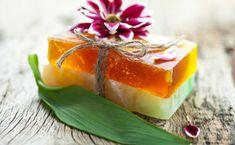 Sapone fatto in casa con erbe aromatiche e limone! Savon Soap, Crochet Food, Soap Bubbles, Home Made Soap, Handmade Soaps, Artisanal, Soap Making, Health And Beauty, Natural Remedies