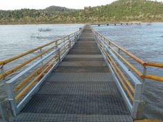 """Las pasarelas de los Saltos del Moconá  con las nuevas obras se puede llegar hasta la caída de los Saltos del Mocona. Más de 3km de falla en el lecho del """"cielo de los pájaros"""". Cuantas veces caminamos este río para ver los saltos, a los """"tumbos"""". Hoy tiene la infraestructura necesaria, concluyó."""