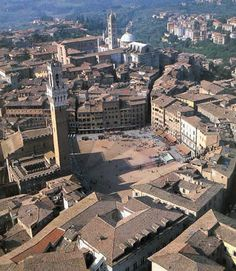 Searching for things to do in Siena. We give you ideas so that you enjoy your Siena, Italy visit to the max: Art, horse races, wine, food and more. Florence Tuscany, Tuscany Italy, Venice Italy, Amalfi, Places Around The World, Around The Worlds, Palazzo, Monuments, Palermo Sicily