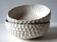 Mačkaná bílá Miska točená na kruhu, poté ručně mačkaná. Vlivem mačkání je okraj zdeformován. Svou velikostí vhodná na polévku nebo třeba salát. Materiál: světlá hlína, bílá porcelánová engoba, transparentní glazura Velikost: výška: 5,5 cm šířka:16 cm Obsah 5 dcl Cena za 1 ks - misky se od sebe nepatrně liší velikostí a tvarem