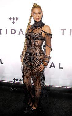 Beau bijou de Fashion Police  Beyoncé est habillée de perles au concert Tidal X: 1015 dans une robe transparente incrustée de bijoux Gattinoni et des escarpins Christian Louboutin. La robe en elle-même est belle, et elle confère la touche théâtrale que l'on attend désormais de la part de la Queen Bey. Mais elle en fait toutefois trop avec de grosses boucles d'oreilles et une pléthore de gros bracelets Lorraine Schwartz.