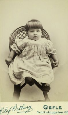 Boy or girl? Either way, this little one reminds me of the little Prince Mircea of Romania who died at the tender age of three. Vintage Children Photos, Vintage Girls, Vintage Pictures, Old Pictures, Vintage Images, Old Photos, Time Pictures, Antique Photos, Vintage Photographs