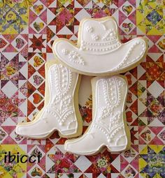 Love. These!!! White Wedding Cowboy boots and hat | Cookie Connection - Ibicci Wedding Cowboy Boots, White Cowboy Boots, Royal Icing Cookies, Iced Cookies, Sugar Cookies, Cupcake Cookies, Cupcake Toppers, Cute Cookies, Fancy Cookies