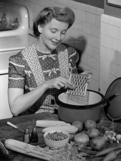 Housewife in Kitchen Grating Carrot Vintage Pictures, Old Pictures, Vintage Images, Old Photos, Antique Photos, Vintage Housewife, Domestic Goddess, Vintage Recipes, The Good Old Days