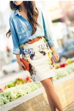 Pretty pairing of chambray shirt and floral skirt - Street style. Work Fashion, Cute Fashion, Fashion Beauty, Skirt Fashion, Women's Fashion, Petite Fashion, Fasion, Fashion Clothes, Runway Fashion