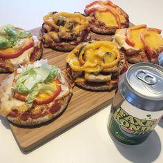 Og så er der vist fodbold og serveret 🤸🏼♀️🎉 #ost #pizza #pizzanight #aftensmad #minipizza #pizzamacka #pitabröd #Pita #brød #bröd #fitfamdk #dk #aftensmad #fredagsmys #weekend #helg #fredag #lördag #fav #portobello #zucchini #blomkål #toast #faxekondi