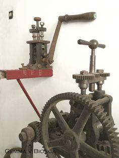 Estas máquinas sirven para pasar los lingotes a hilo o plancha. Aunque también quedarían estupendas cómo decoración en el comedor. Son preciosas! #workshop #taller #joyería #onthebench #herramientas #astillera #joya