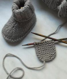 Learn how to knit baby booties.Crochet Baby Booties With PearCrocheted Cloche & Scarf Set fChild Knitting Patterns It is a fast little mission that ma Baby Booties Knitting Pattern, Crochet Wrap Pattern, Crochet Baby Booties, Crochet Patterns, Baby Knitting Patterns, Baby Patterns, Diy Crafts Knitting, Easy Knitting, Crochet Socks