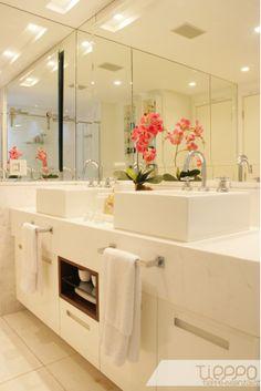 Projeto banho de casal. Marcenaria com nicho, cubas de apoio e rasgo para iluminação no forro.