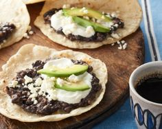 Baleadas are one of Honduras' most popular foods. Baleadas are wheat flour tortillas — often quite thick — folded in half and filled with mashed fried beans. The authentic dish originated in El Progreso. Kraft Foods, Kraft Recipes, Latin American Food, Latin Food, Honduran Recipes, Mexican Food Recipes, Calumet Baking Powder, Eating Clean, Appetizers