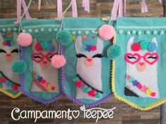 La imagen puede contener: texto Felt Crafts, Diy And Crafts, Crafts For Kids, Party Crafts, Llama Birthday, Baby Birthday, Childrens Christmas, Handmade Christmas, Llama Decor