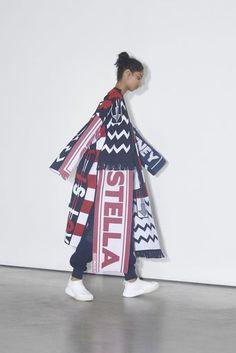 『VOGUE JAPAN』が2018プレフォールコレクションよりステラ マッカートニー(STELLA McCARTNEY)のランウェイ写真40カット、をお届け。