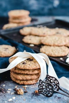Chewy oatmeal cookies fast and easy - recipe with and without chocolate Desserts With Biscuits, Dessert Biscuits, Vegan Fast Food, Fingerfood Party, Fast Easy Meals, Snacks, Oatmeal Cookies, Fabulous Foods, Cookie Bars