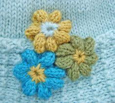 Maggie Pace's free flower pattern available at: http://maggiepace.com/category/freepatterns/