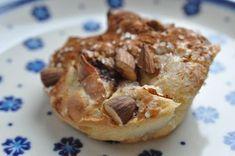 Totalt små fine lækre muffins med æble, citron, marcipan og kanel-mandeltopping. Rigtig nemme muffins og rimeligt fedtfattige ovenikøbet. Jeg har kun plusord til overs for disse muffins - så hermed er - endnu - en kageanbefaling givet videre til dig. :-)