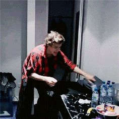 """*trashes room* (gif)<< lol """"there's no one in here"""" like literally Dan is sitting right there."""
