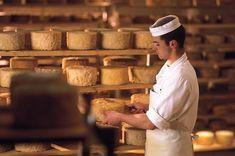 Durch die Reifezeit bekommt der Käse seinen intensiven Geschmack.