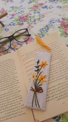 Creative Bookmarks, Handmade Bookmarks, Felt Bookmark, Bookmark Craft, Diy And Crafts, Arts And Crafts, Leather Bookmark, Book Aesthetic, Embroidery Patterns