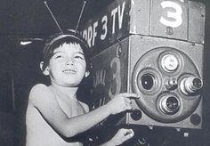 60 anos da tv brasileira Há exatos 60 anos: 18 de setembro de 1950! Lolita Rodrigues – substituindo Hebe Camargo, cantou o Hino da TV e tudo começou a partir daí. O responsável por essa revolução foi o primeiro multimídia do país, Assis Chateaubriand, que colocou no ar oficialmente a TV Tupi, canal 3 de São Paulo, PRF-3 TV