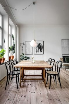 29 Beautiful Dining Room Paint Colors Ideas And Inspiration Gallery Minimalist Dining Room - Kronleuchter Retro Home Decor, Cheap Home Decor, Modern Decor, Dining Room Paint Colors, Bedroom Colors, Minimalist Dining Room, Dining Table Design, Dinning Table, Light Wood Dining Table