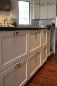 White Kitchen Cabinets With Brass Cup Pulls - Design photos, ideas and inspiration. Amazing gallery of interior design and decorating ideas of White Kitchen Cabinets With Brass Cup Pulls in kitchens by elite interior designers. Kitchen Cabinet Pulls, Brass Kitchen, Kitchen Hardware, Kitchen Redo, New Kitchen, Kitchen Remodel, Kitchen Ideas, Kitchen Drawers, Cabinet Hardware