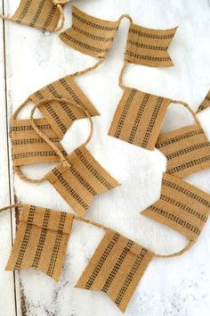 If you love farmhouse decor than you'll love this rustic garland decoration for your Christmas tree. Quick and cheap way to decorate your Christmas tree in farmhouse style. Check out out to make your Christmas tree decorations more rustic. #diy #christmastree #farmhouse #decorations #garland