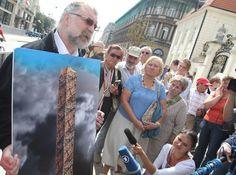 Maksymilian Biskupski prezentuje swój projekt: Obelisk Wierności Ojczyźnie. Fot.: PAP  ...często pojawia się motyw dłoni. Tu ma ich być 96, tyle, ile ofiar katastrofy z 10 kwietnia. Mają się splatać i kierować w różne strony świata.  – Dlaczego dłonie?  http://sowa.blog.quicksnake.pl/Studia-Slavica-et-Khazarica/WAZELINIARZOM-HERETYKA-w-PL-PDO528-von-Stefan-Kosiewski-Boze-chron-swiat-SSetKh-Hold-meczennikom-w-Policji Stefan Kosiewski i  Maksymilian Biskupski przed rzeźbą pomnika jp2 bez dłoni