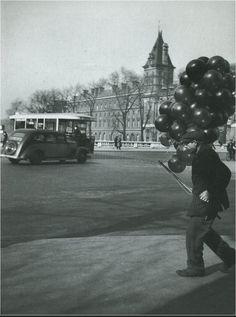 Un marchand de ballons de baudruche, place Saint-Michel, en 1938... (photo © Roger-Viollet)  (Paris 5e/6e)