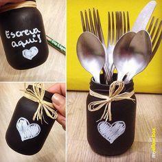 Eu amo renovar, reciclar coisas! Simplesmente AMO! E esse potinho de doce de leite (huuum) virou um porta talheres lousa que eu posso personalizar com giz a cada almoço/jantar que a gente der em nossa casinha. Tenha certeza que seus convidados irão se sentir acolhidos!! #amor #ideiascriativas #almoço #jantar #myyellowbox #portatalheres #terapia #resultadosdoferiado