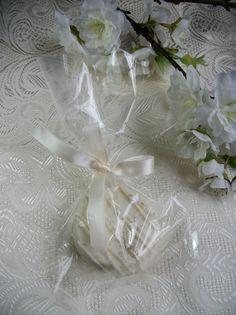 Wedding Favors 24 pieces White Silver Chocolate por AmedeosBakery