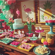 Festa Flamingos. Por @festaencantada #encontrandoideias #blogencontrandoideias #fabiolateles #blogdefestainfantil Flamingo Party, Flamingo Baby Shower, Flamingo Birthday, Moana Birthday Party, Hawaiian Birthday, Luau Birthday, Birthday Party Themes, Festa Party, Luau Party