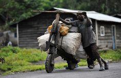 Alcuni bambini usano un chikudu (una bici di legno) per portare delle merci al mercato di Mushaki, nell'est della Repubblica Democratica del Congo.