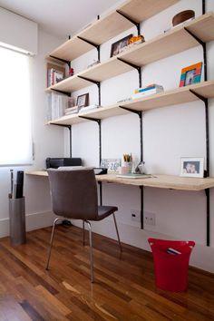 Escritório simples, com estantes em mdf.