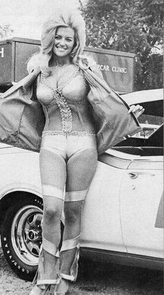 19 Amazing Retro Pictures Of The Hottest Promo Girls In Motorsport Sexy Outfits, Vintage Beauty, Vintage Fashion, Linda Vaughn, Promo Girls, Retro Pictures, Grid Girls, Up Girl, Sexy Hot Girls
