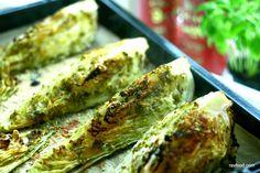 Idag får du opskrift på noget, der må være det nemmeste tilbehør i verden. Tag et spidskål, del det i 4, smør med lidt gremolata (eller du kan bruge færdigkøbt pesto) - ind i ovnen med det og vupti...