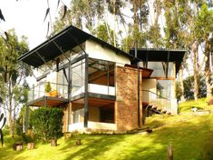 Design of a small country house with a modern structure, built on the hill with steel, wood and brick, it is integrated into uneven terrain rnrnSource by csrcail Tiny House Cabin, House On A Hill, My House, Houses On Slopes, Casas Containers, Tropical Houses, My Dream Home, Exterior Design, Future House