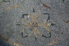 ZOOM: particolari del mosaico del sacello II,II,4 a #Ostia antica. Sul Decumano Massimo a pochi metri dall'ingresso agli scavi, sul lato destro, si trova un piccolo sacello senza nome, spesso trascurato dalla maggior parte delle guide turistiche, più attratte dal Piazzale della Vittoria sulla loro sinistra. In questo sacello si trovano dei mosaici policromi degni di essere visitati.