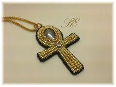 Croce di Ra o ankh, conosciuto anche come chiave della vita e croce ansata, è un antico simbolo sacro egizio che essenzialmente simboleggia la vita (fonte:wikipedia). Realizzata con goccia di vetro, perline 15/0, 11/0, 8/0 e 9/0, piccolo strass di cristallo il tutto ricamato su base di pelle