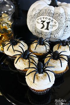 Spooky Spider Cupcakes - perfect for your Halloween parties! See more black and gold party ideas on www.prettymyparty.com.