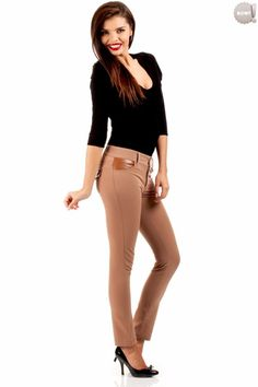 Proste spodnie rurki, z ozdobnymi wstawkami ze skóry ekologicznej, zapinane na przodzie na zamek błyskawiczny i guzik. z kieszeniami na przodzie i ich imitacją z tyłu. #spodnie #kobieta #moda #trendy #kermelowe