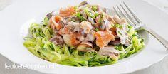 Spaghetti van courgette met een romige saus met zalm en paddenstoelen