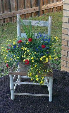 Idei de decoruri pentru gradina, realizate din scaune vechi si flori colorate Puteti schimba oricand amenajarile din gradina cu aceste idei de decoruri realizate din scaune si flori multicolore – 16 idei frumoase aici http://ideipentrucasa.ro/idei-de-decoruri-pentru-gradina-realizate-din-scaune-vechi-si-flori-colorate/