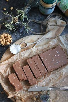 Jordnötssmör och choklad är allt du behöver. Ok även lite flingsalt för att toppa med. Klart på 10 minuter. Ingen krångel och inga maskiner.Himmelskt gott och det smälter i munnen. Nu när jag skriver inlägget vattnas det i munnen som bara det. Gillar du jordnötter och choklad kommer du älska denna enkel jordnötssmör fudge. ENKEL…