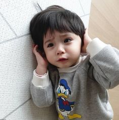 Bagaimana rasanya menjadi orangtua dadakan di saat dirimu masih mengi… #fiksiremaja # Fiksi remaja # amreading # books # wattpad Cute Baby Boy, Cute Little Baby, Little Babies, Cute Kids, Cute Asian Babies, Korean Babies, Asian Kids, Cute Babies Photography, Cute Baby Wallpaper