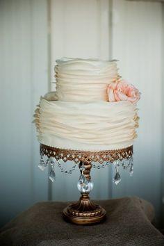 O bolo com babados, ou ruffled cake, é lindo e combina com vários estilos de decoração!