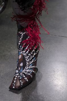Mugler Fall 2019 Fashion Show Details. Designer ready-to-wear looks from Fall 2019 runway shows from Paris Fashion Week Fashion Pants, Fashion Shoes, Fashion Accessories, Paris Fashion, Harley Weir, Costume Rings, Vintage Winter, Thierry Mugler, Autumn Street Style