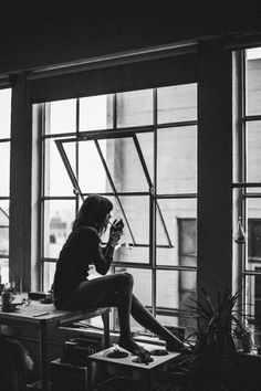 Portrait Photography Inspiration Picture Description girl, cigarette, and black and white image Foto Art, Urban Life, Black N White, Belle Photo, Black And White Photography, Feminine Photography, Portrait Photography, Jewelry Photography, Relax