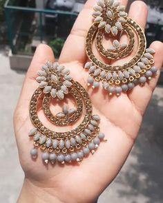 Indian Bridal Jewelry Sets, Indian Jewelry Earrings, Jewelry Design Earrings, Gold Earrings Designs, Ear Jewelry, Fashion Earrings, Fashion Jewelry, Antique Jewellery Designs, Fancy Jewellery